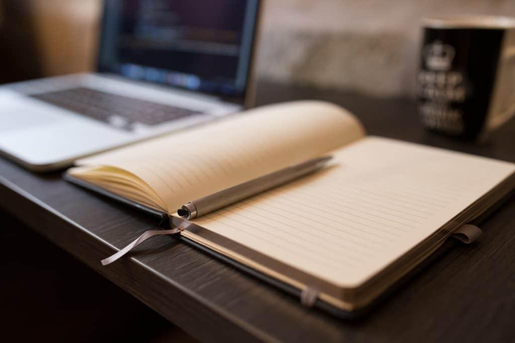 Cahier ouvert sur bureau