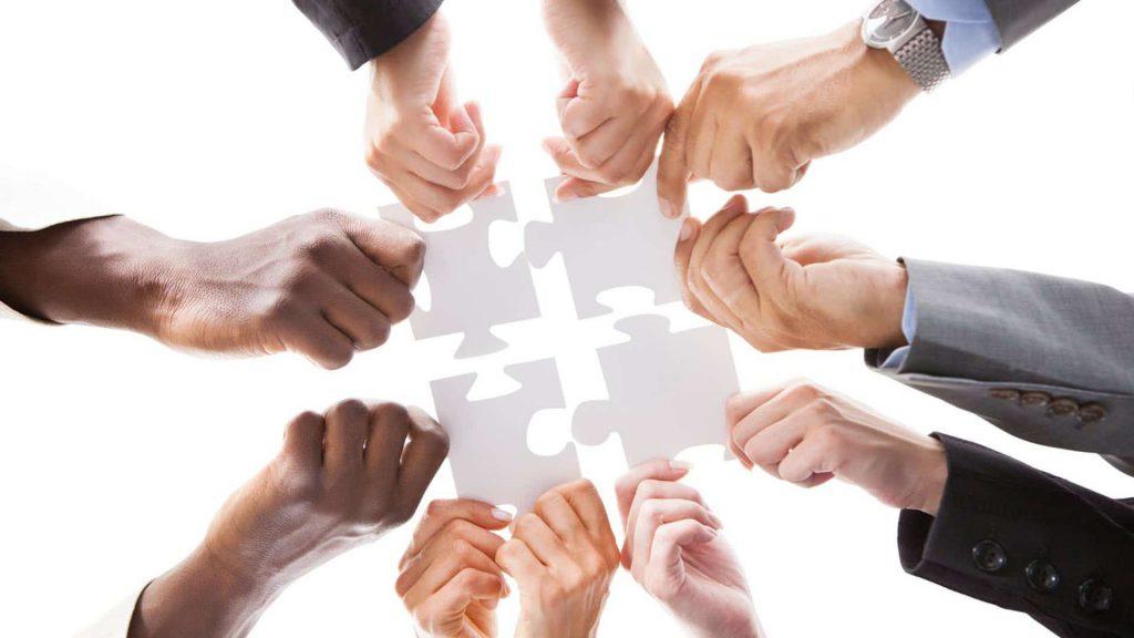 mains tenant pièces de puzzle
