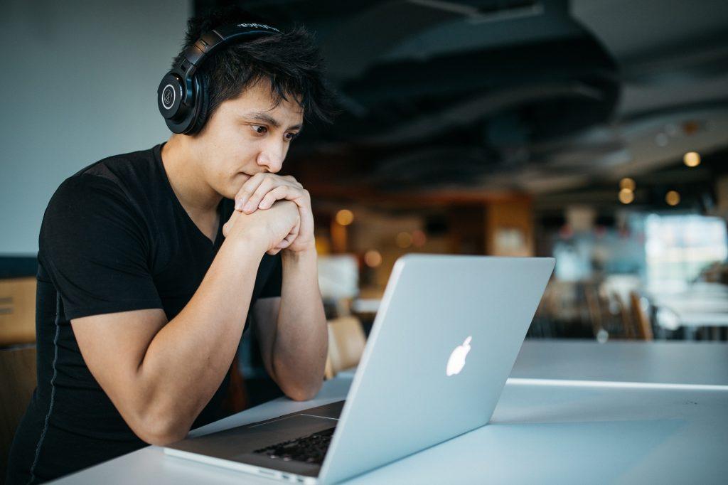 étudiant sur ordinateur