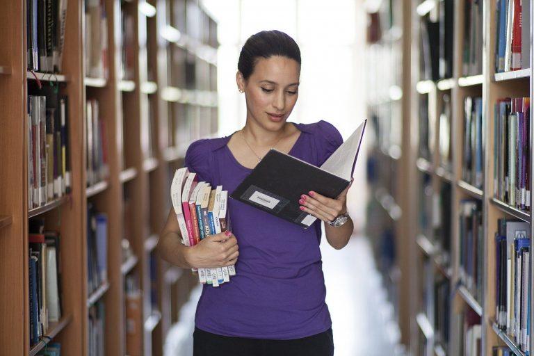 femme et livres dans bibliothèque