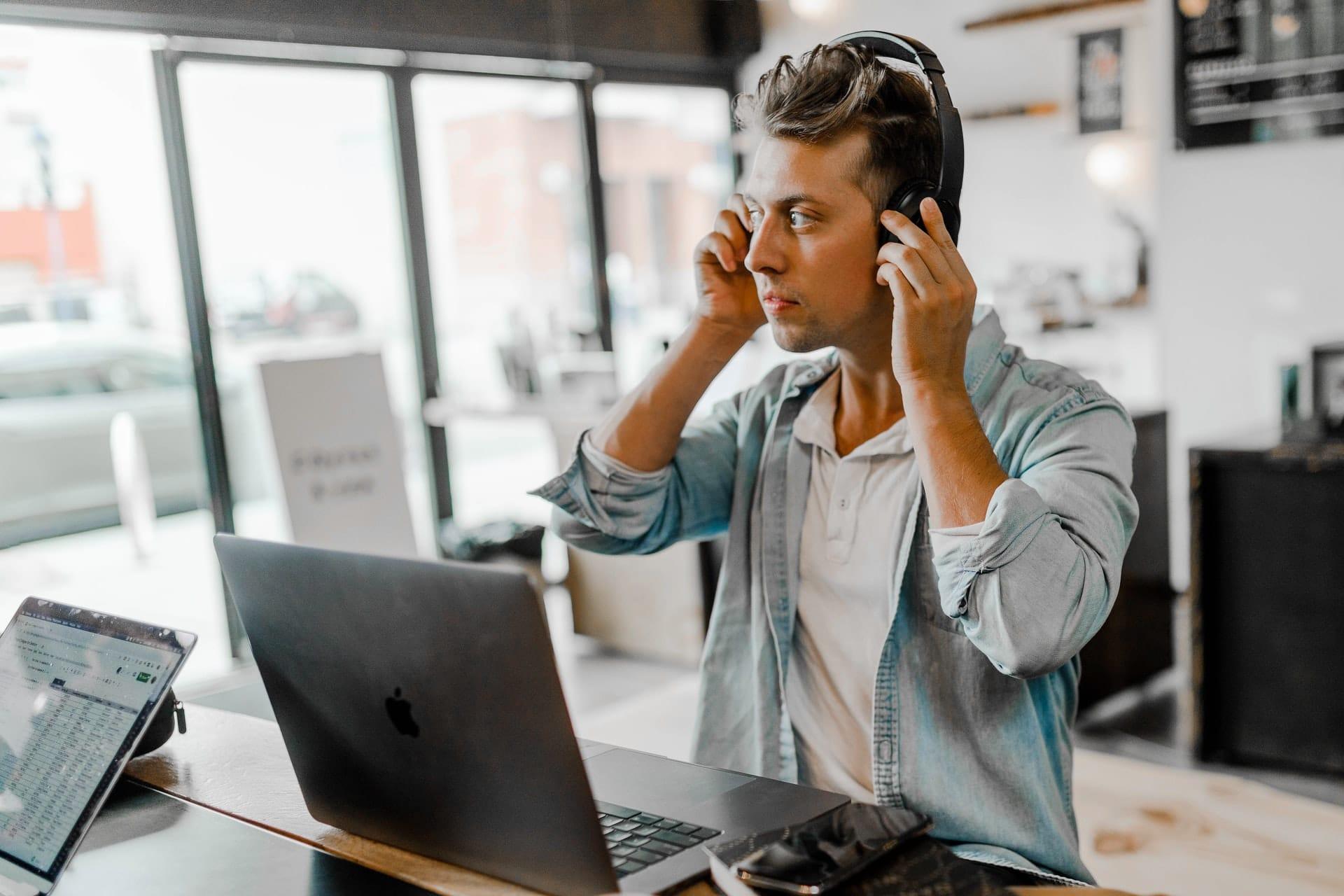 homme avec casque devant ordinateur