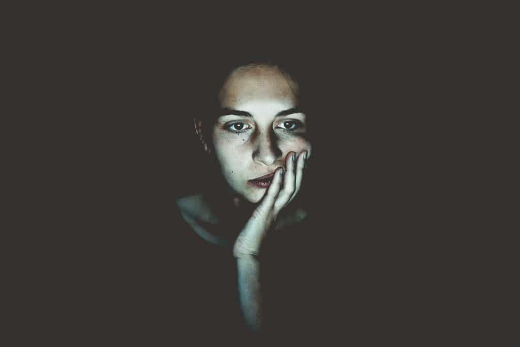 femme fatiguée accoudée