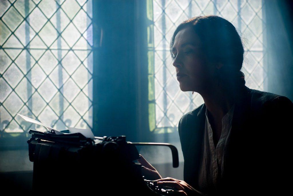 femme devant machine à écrire